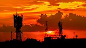 Silhouette d'antenne de téléphone avec le ciel de coucher du soleil Photographie stock