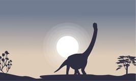 Silhouette d'argentinosaurus avec la lune Photographie stock libre de droits