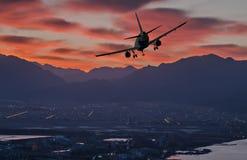 Silhouette d'avion d'atterrissage à l'aube Photo libre de droits