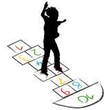 Silhouette d'enfant sautant par-dessus le jeu de marelle Photographie stock