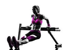 Silhouette d'exercices de pousées de banc à presse de forme physique de femme Image libre de droits