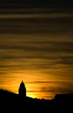 Silhouette d'église dans le coucher du soleil Photos stock
