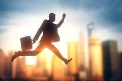 Silhouette d'homme d'affaires dans la ville lumineuse images libres de droits