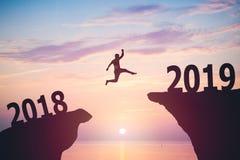 Silhouette d'homme d'affaires sautant à partir de 2017 à 2018 Image libre de droits