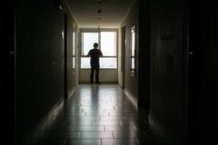 Silhouette d'homme d'affaires seul se reposant photo libre de droits