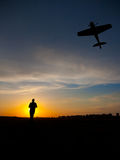 Silhouette d'homme avec l'avion de rc Photographie stock