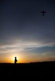 Silhouette d'homme avec l'avion de rc Photo stock