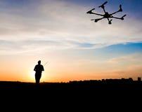 Silhouette d'homme avec l'avion de rc Image stock