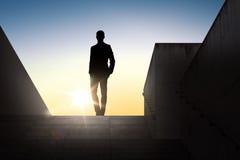 Silhouette d'homme d'affaires au-dessus de lumière du soleil Image libre de droits