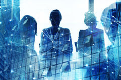 Silhouette d'homme d'affaires dans le bureau avec l'effet de réseau Concept d'association et de travail d'équipe Photographie stock