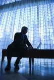 Silhouette d'homme d'affaires et d'ordinateur portatif. Photos libres de droits