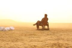 Silhouette d'homme dans l'ensemble de Sun Images stock