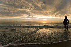 Silhouette d'homme de coucher du soleil d'océan Images stock