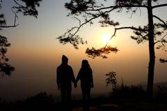 Silhouette d'homme et de femme de couples à l'arbre Images stock