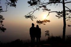 Silhouette d'homme et de femme de couples à l'arbre Images libres de droits