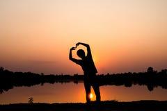 Silhouette d'homme méconnaissable au coucher du soleil Photos stock
