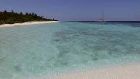 Silhouette d'homme se recroquevillant d'affaires Îles des mers tropicales banque de vidéos