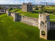Silhouette d'homme se recroquevillant d'affaires Château d'équilibre r l'irlande photos stock