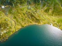 Silhouette d'homme se recroquevillant d'affaires Lac en montagnes Norvège photographie stock libre de droits