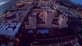 Silhouette d'homme se recroquevillant d'affaires Nuit au-dessus des hôtels côtiers de l'Océan Atlantique Tenerife, ?les Canaries, clips vidéos