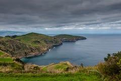 Silhouette d'homme se recroquevillant d'affaires Paysage côtier rocheux au sao Miguel Island, Açores, photo stock