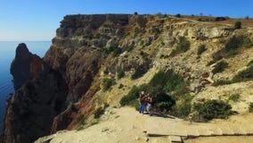 Silhouette d'homme se recroquevillant d'affaires Touristes prenant des photos sur la falaise de Fiolent de cap clips vidéos