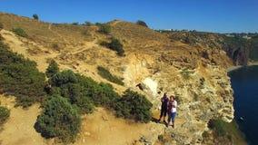 Silhouette d'homme se recroquevillant d'affaires Touristes prenant Selfie sur la falaise de Fiolent de cap banque de vidéos