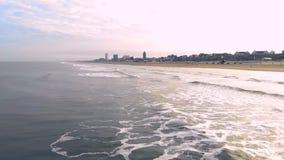 Silhouette d'homme se recroquevillant d'affaires Vol de mouvement lent au-dessus de la mer et les vagues qui arrivent pour étayer clips vidéos