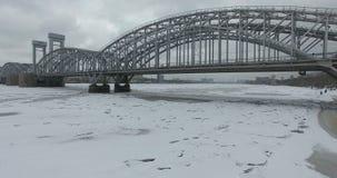 Silhouette d'homme se recroquevillant d'affaires Vol le long de la rivière Neva en temps froid de croisement d'hiver Pont au-dess photo libre de droits