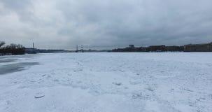Silhouette d'homme se recroquevillant d'affaires Vol le long de la rivière Neva en temps froid de croisement d'hiver Pont au-dess clips vidéos