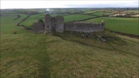 Silhouette d'homme se recroquevillant d'affaires Château de Roche Dundalk l'irlande banque de vidéos