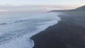 Silhouette d'homme se recroquevillant d'affaires L'envergure de l'océan la nuit banque de vidéos