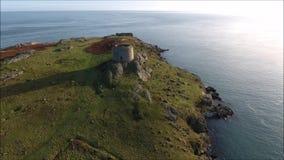 Silhouette d'homme se recroquevillant d'affaires ruines Île de Dalkey l'irlande banque de vidéos