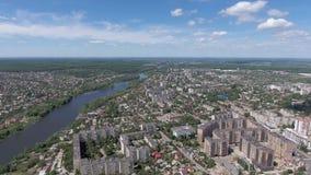 Silhouette d'homme se recroquevillant d'affaires Voler au-dessus de la ville et du pont au-dessus de la rivière clips vidéos