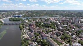 Silhouette d'homme se recroquevillant d'affaires Voler au-dessus de la ville et du pont au-dessus de la rivière banque de vidéos