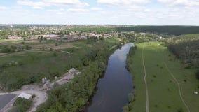 Silhouette d'homme se recroquevillant d'affaires Voler au-dessus de la ville et du pont au-dessus de la rivière au coucher du sol banque de vidéos