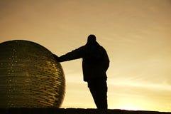 Silhouette d'homme sur le coucher du soleil Images stock