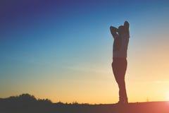 Silhouette d'homme sur le fond de coucher du soleil Images libres de droits