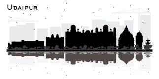 Silhouette d'horizon de ville d'Udaipur Inde avec BlackBuildings et réflexions d'isolement sur le blanc illustration de vecteur