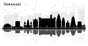 Silhouette d'horizon de ville de Varanasi Inde avec les bâtiments noirs et réflexions d'isolement sur le blanc illustration libre de droits