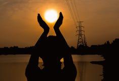 Silhouette d'humain dans la méditation et la prière photographie stock