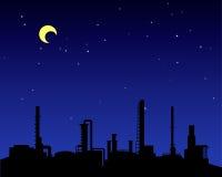 Silhouette d'industrie de raffinerie de pétrole la nuit Photographie stock libre de droits