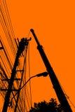 Silhouette d'installation de l'électricité et de maintenanc électrique Photos stock