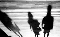 Silhouette d'ombre des personnes pendant la nuit Photos stock