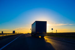 Silhouette d'un camion au coucher du soleil image libre de droits