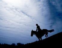 Silhouette d'un cavalier Photographie stock