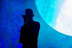 Silhouette d'un chanteur sur l'étape Image libre de droits