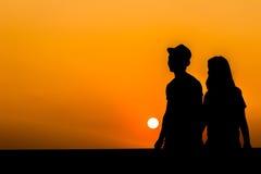 Silhouette d'un couple affectueux Images libres de droits