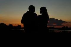 Silhouette d'un couple dans l'amour Photo stock