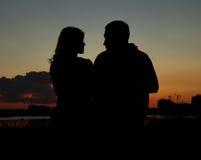 Silhouette d'un couple dans l'amour Images stock